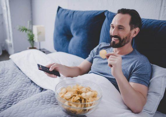 Gledate TV program ili 'surfate' po mobitelu prije spavanja?