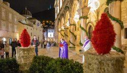 Upaljena prva adventska svijeća i blagdanska rasvjeta – započeo Advent…